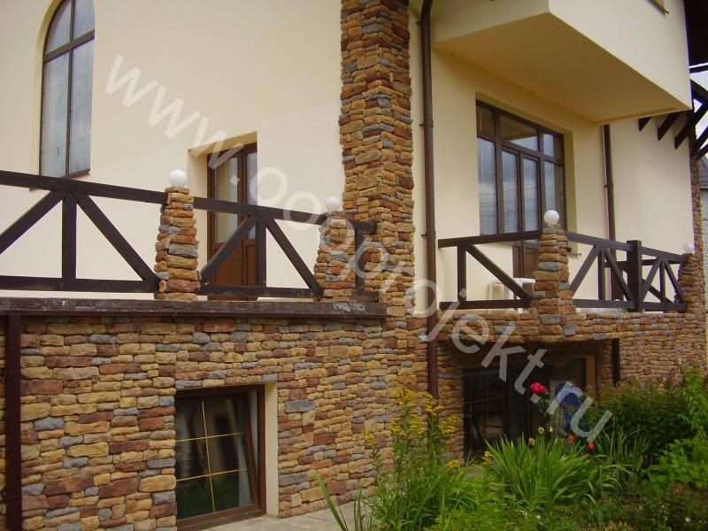 Отделка фасада дома декоративным камнем и короед